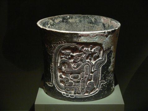 1200px-maya_cylindrical_vessel_dma_149-1990-4