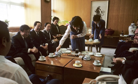 serving-tea-office-lady